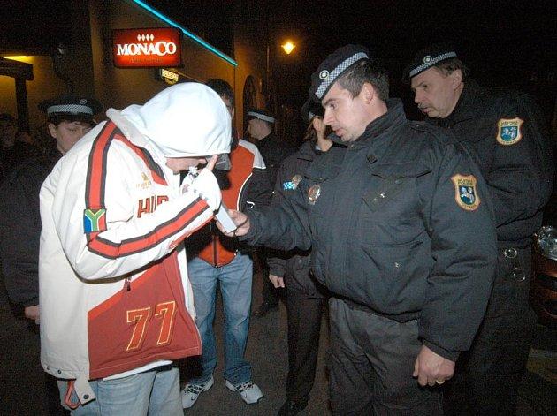 Ilustrační foto z razie ostravské městské policie na nezletilce popíjející alkohol
