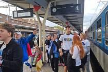 Fanoušci Baníku na olomouckém hlavním nádraží, 17. září 2021