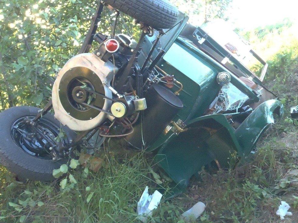 Plně naložený lidový vůz kopřivnické automobilky, vyráběný v letech 1931 až 1948 a přezdívaný Hadimrška, skončil totálně zdemolovaný ve škarpě.