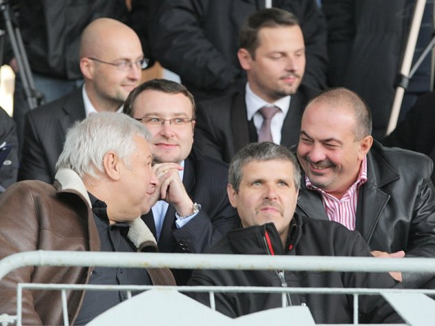 """Pavol Lukša  (vpravo) se na fotbale ve Stovkách, stejně jako dalších deset tisíc fanoušků, dobře bavil. """"Jen ten sudí to v závěru pokazil,"""" řekl Pavol Lukša, velký fotbalový fanoušek."""