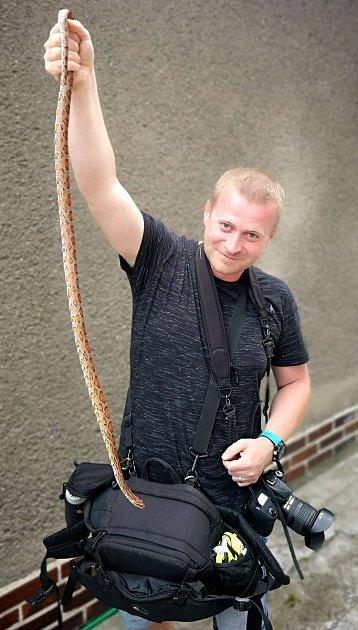 Fotograf hasičů Tomáš Lach je iexpertem přes plazy, předvádí užovku zMuglinova.