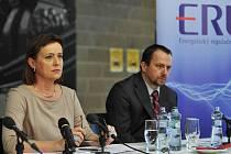 Snímek z tiskové konference Energetického regulačního úřadu v Ostravě. Vlevo šéfka úřadu Alena Vitásková.