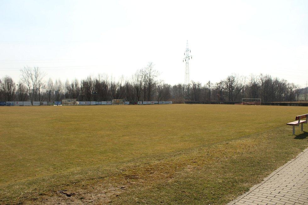 Fotbalové hřiště ve Lhotce.
