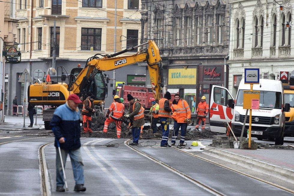 V Nádražní se opět jede naplno. Do pondělí zde probíhá zjednokolejňování tramvajové dopravy.