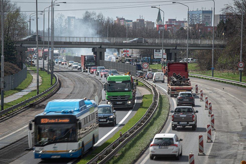 Oprava vozovky na ulici Místecká (silnice I/56), 23. dubna 2021 v Ostravě.