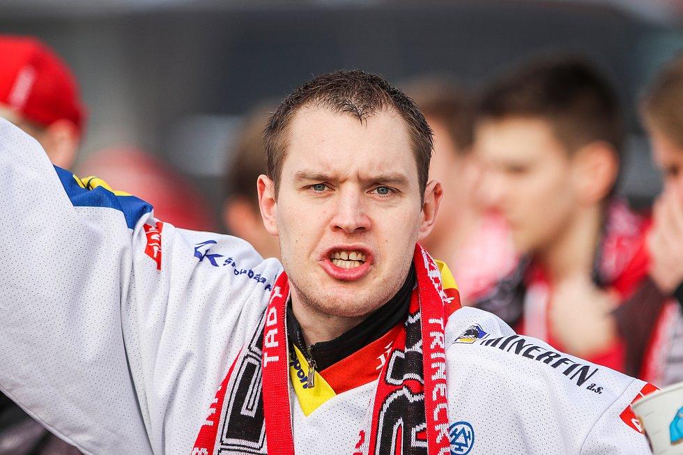 Čtvrtfinále play off hokejové extraligy - 3. zápas: HC Vítkovice Ridera - HC Oceláři Třinec, 24. března 2019 v Ostravě. Na snímku fanoušci Třince cestou na stadion.