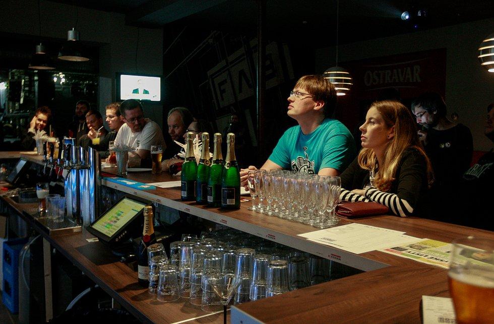 Volby 2017. Štáb Pirátů v Ostravě, na snímku v modrém Lukáš Černohorský
