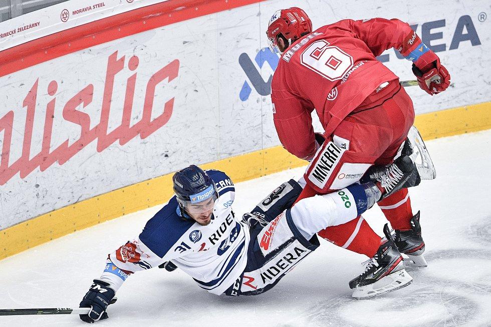 Utkání 42. kola hokejové extraligy: HC Oceláři Třinec - HC Vítkovice Ridera, 2. února 2021 v Třinci. (zleva) Dominik Lakatoš z Vítkovic a David Musil z Třince.