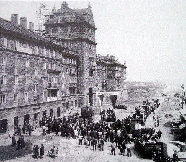 Vroce 1955byl vPorubě dokončen blok domů nazvaný Věžičky. Na snímku zté doby jsou lidé, kteří se za velké slávy a proslovů funkcionářů stěhují do nových bytů.