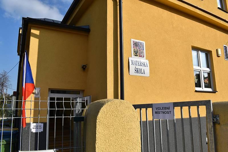 Tradiční volební místnost okrsku 19 003 se nacházela na Riegrově ulici. Nyní zde působí městská příspěvková organizace. Nová volební místnost je v Keramické ulici v objektu mateřské školy (na snímku).