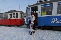Ostravským obvodem Jih v sobotu jezdila historická tramvaj Barborka s Mikulášem, čertem a anděly.