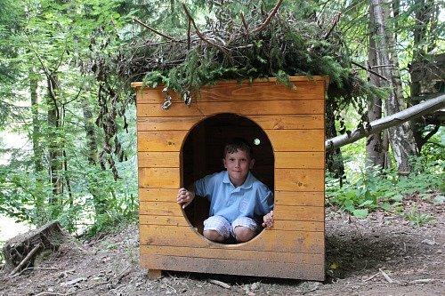 Kulíškovo obydlí. Naučná stezka, která ukazuje dětem zajímavosti přírody Chráněné krajinné oblasti Beskydy, byla otevřena vúdolí Dynčák nedaleko hotelu Horal ve Velkých Karlovicích.