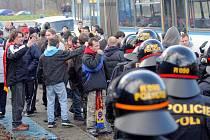 Sparťanští fanoušci pod dohledem ostravských policistů. Při jednom z incidentů zdemolovali autobus a museli na Bazaly pěšky. Ilustrační foto.