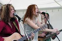 Hlavní hvězdou festivalu byla  americká zpěvačka a kytaristka Janet Robin (vpravo), kterou na evropském turné doprovází November 2nd featuring s půvabnou zpěvačkou Sašou Langošovou (vlevo)