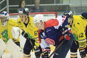 KOPŘIVNIČTÍ hokejisté (na snímku v tmavém útočník Hrubý) spadli po domácí porážce se Šumperk na dno druholigové tabulky.