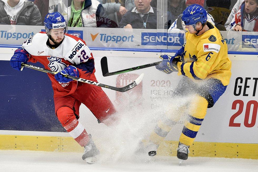 Mistrovství světa hokejistů do 20 let, čtvrtfinále: ČR - Švédsko, 2. ledna 2020 v Ostravě. Na snímku (zleva) Vojtech Strondala a Mattias Norlinder.