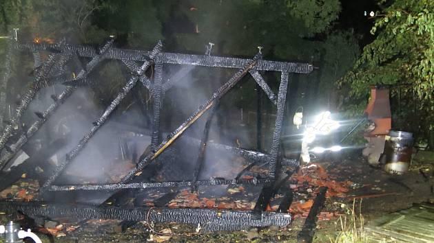 Plameny pergolu zcela zničily.
