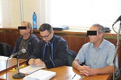 Mužům v případě uznání viny hrozí až deset let vězení.