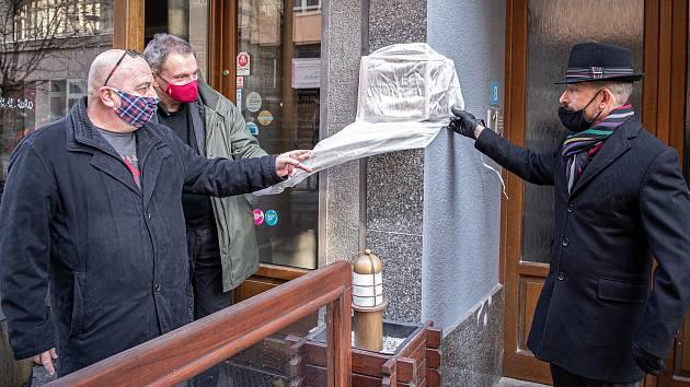 Slavnostní odhalení pamětní desky komiku Josefu Kobrovi, 21. prosince 2020 v Ostravě. (Zleva) Tomáš Kobr (syn), ředitel NDM Jiří Nekvasil a primátor Ostravy Tomáš Macura.