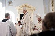 Biskupské svěcení 28. května v Ostravě.  Na snímku Martin David (klečící) a Františk Václav Lobkowicz.