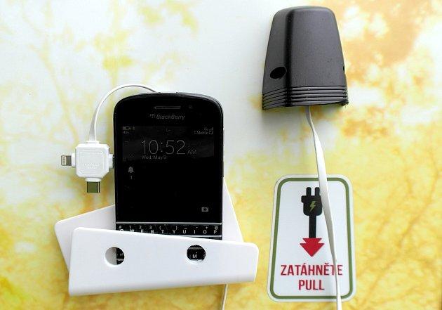Nabíjení telefonů je vedlejší funkce starobělského smart WC a jedna zpřípojek se nachází ivenku.
