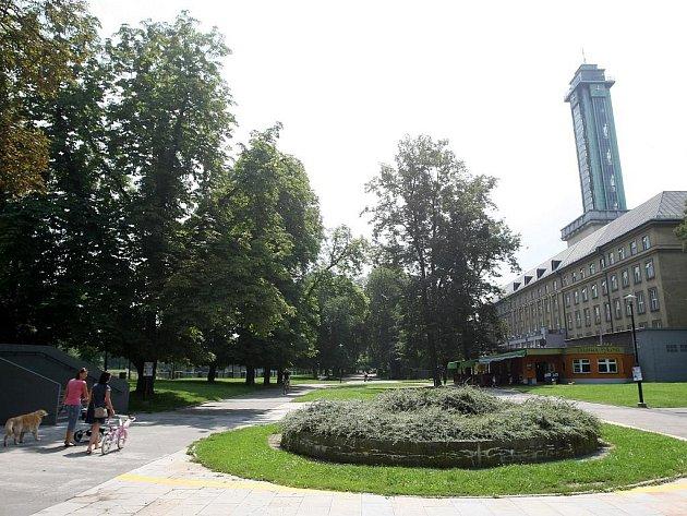 Park u řeky Ostravice v centru města čekají změny. Za radnicí vznikne promenáda, vynikne busta Komenského, o kousek dál bude jezírko s altánkem. Současný stav v prostoru za Novou radnicí.
