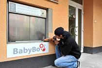 Oproti minulosti se zlepší nejen komfort odloženého miminka, ale také upozornění na to, že je uvnitř. Na snímku je montér Radek Jetelina, který ho včera instaloval na místě původního babyboxu. V nemocnicích v našem kraji je nyní celkem sedm babyboxů.