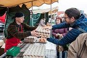 Farmářské trhy u nákupního centra Futurum v Ostravě  v sobotu 8. dubna. Na snímku prodejce vajec Dalibor Socha.