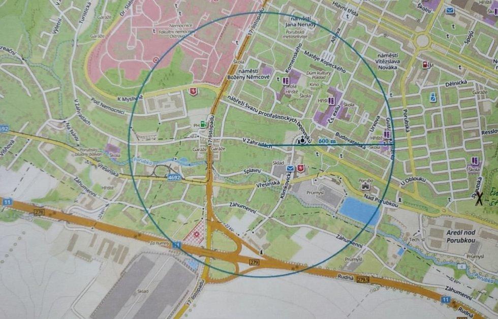 Mapka nálezu letecké pumy. Vyznačená oblast se evakuuje.