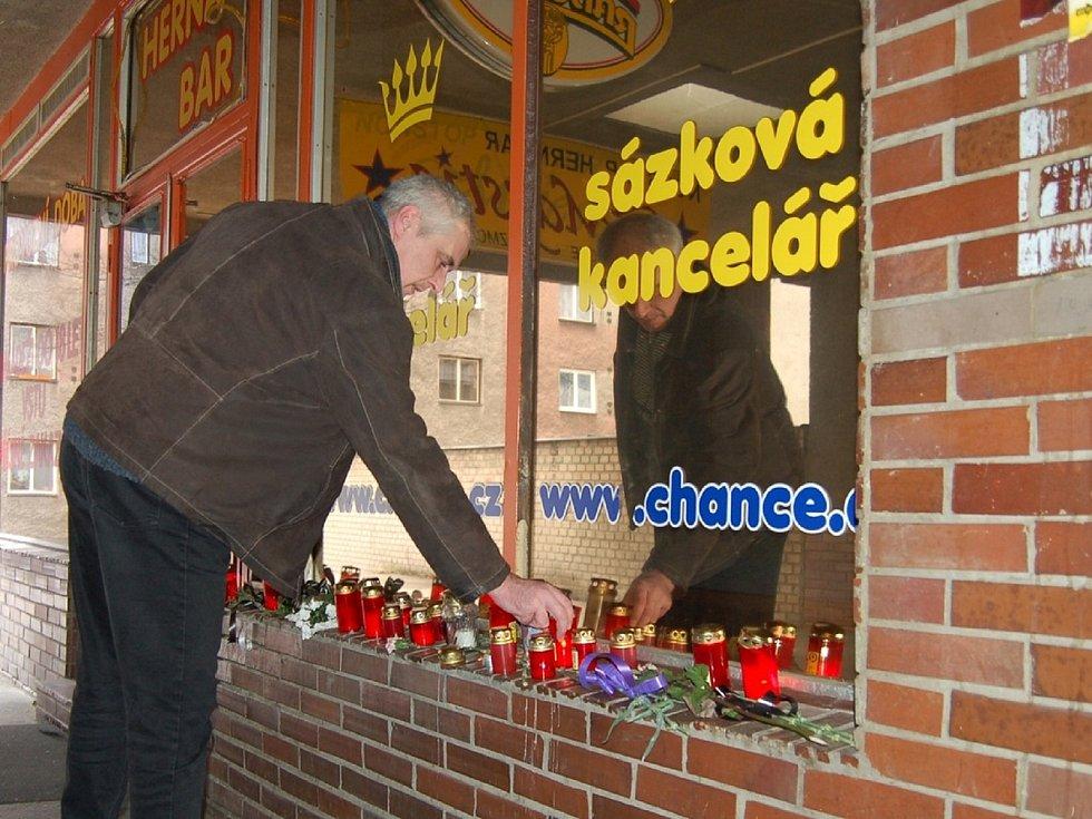 Po činu se u sázkové kanceláře objevily svíčky.