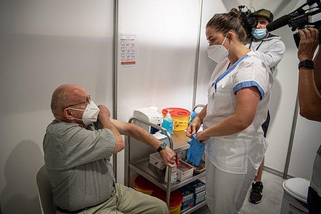 VOC Forum Nová Karolina se otevřelo očkovací místo bez nutnosti předchozí registrace, 21.července 2021vOstravě. První očkovaný Rudolf Kubišta.
