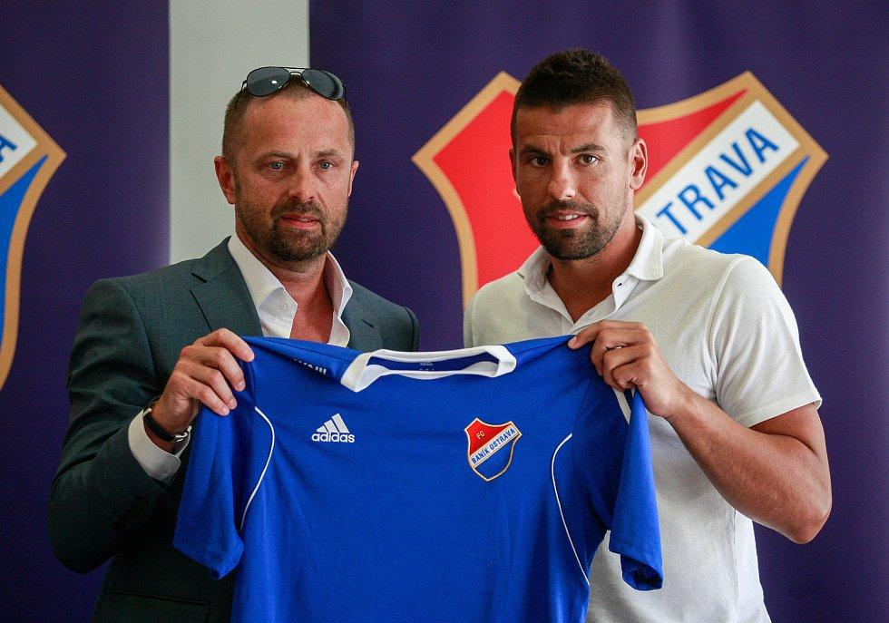 Tiskovka FC Baníku Ostrava - hráčská posila baníku Milan Baroš.Na fotografii vlevo Václav Brabec, vpravo Milan Baroš