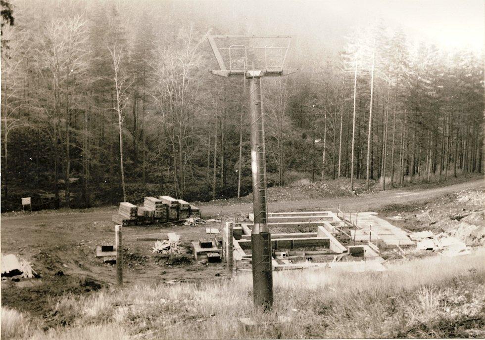 Výstavba lanovky z Trojanovic na Pustevny v roce 1986.