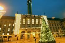 Rozsvícený vánoční strom před ostravskou Novou radnicí