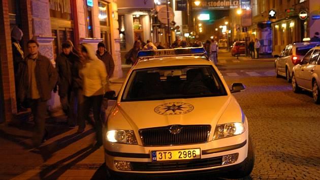 Strážníci a policisté ročně provedou v Ostravě desítky razií zaměřené na popíjející omladinu. Kontroly se často konají na proslulé Stodolní ulici v centru Ostravy.