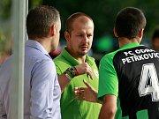 NA PODZIM 2012 se ujal Filip Smékal týmu Petřkovic (uprostřed). O dva a půl roku později slavil zisk hned tří trofejí, přičemž letos v létě přidal ještě vítězství v divizi.