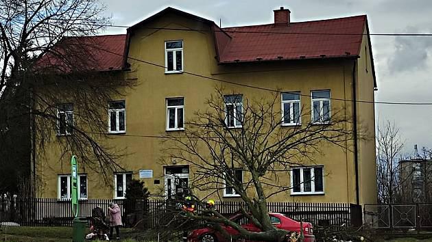 Obrovské štěstí v neštěstí měla o víkendu osádka vozidla značky Škoda Octavia, na které v Orlové během jízdy spadl vzrostlý strom.