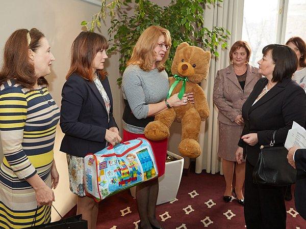 Na snímku zástupkyně mobilního hospice Ondrášek přebírají od první dámy dárky pro nemocné děti.