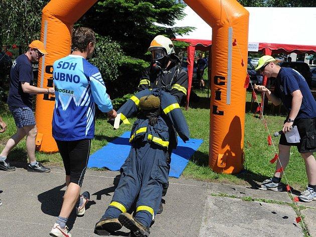 kompletním zásahovém obleku s desetikilogramovým dýchacím přístrojem, maskou na obličeji vyrazili v sobotu na trať účastníci hasičského víceboje TFA Vratimov Cup 2012.