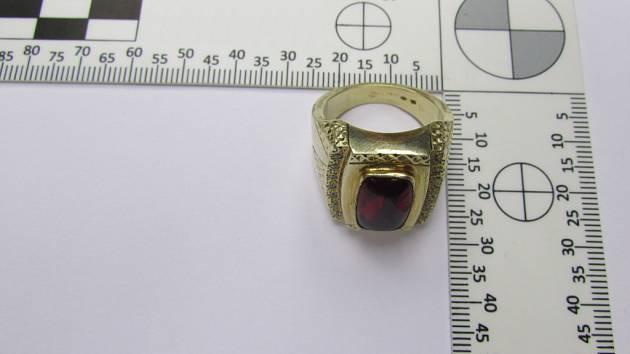 Snímek podobného prstenu, jak byl ten, který dívka nechala na toaletě kina.