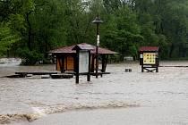 Rozvodněná Odra v pondělí zaplavila louky, silnice i domy.