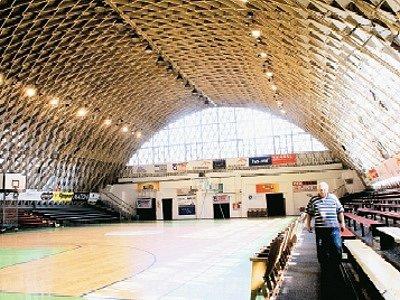 Sál sportovní haly je dodnes zajímavou ukázkou využití dřevěných konstrukčních prvků. Autorem projektu byl v roce 1952 Rudolf Šajdek.