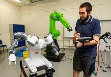 Kobot - na rozdíl od robota umí s člověkem spolupracovat.