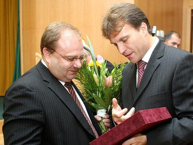 SILNÁ DVOJKA ZPORUBY. Lumíra Palyzu (vpravo) podporuje vprobíhající válce omoc uvnitř ostravské ČSSD ibývalý hejtman Miroslav Novák.