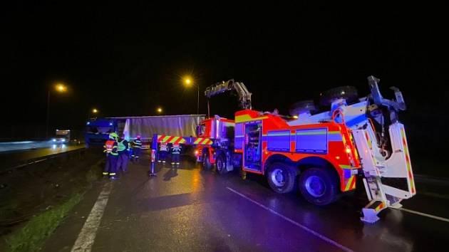 Noční vyprošťování kamionu v Ostravě.
