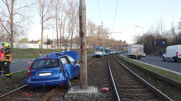 Ranní vyprošťování auta z tramvajových kolejí v Ostravě-Hulvákách.