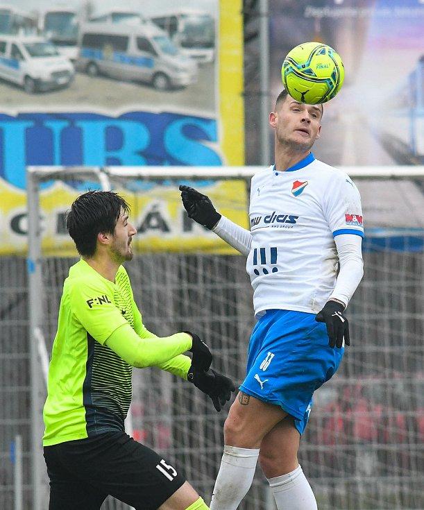 Fotbalisté Baníku Ostrava prohráli přípravné utkání s druholigovým Prostějovem 0:1. (6. ledna 2021, Ostrava). Na snímku v bílém Roman Potočný.