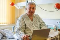 Vojtěch Mynář při on-line rozhovoru s čtenáři Deníku v Městské nemocnici Ostrava.