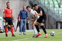 Utkání 1. kola fotbalové Fortuna ligy: MFK Karviná - FC Baník Ostrava, 23. srpna 2020 v Karviné. Kristi Qose z Karviné a Rudolf Reiter z Ostravy.