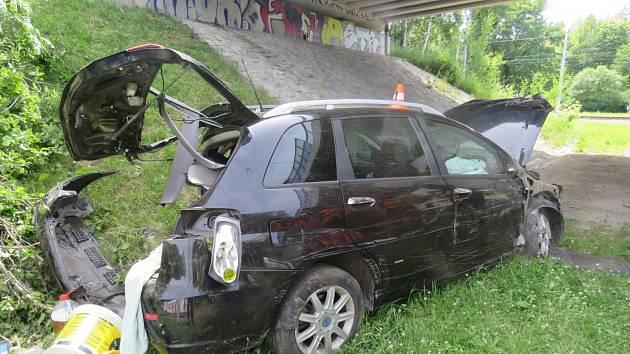 Auto v Ostravě skončilo v koruně stromu. Pak dopadlo k tramvajovým kolejím.